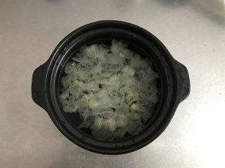 银耳苹果红枣羹,砂锅中加入足量清水,把银耳放进去。