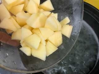 银耳苹果红枣羹,苹果去皮,切成小块,放入锅中,继续盖上锅盖,和银耳一起再煮10分钟左右。