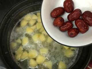 银耳苹果红枣羹,放入红枣,再煮5分钟。