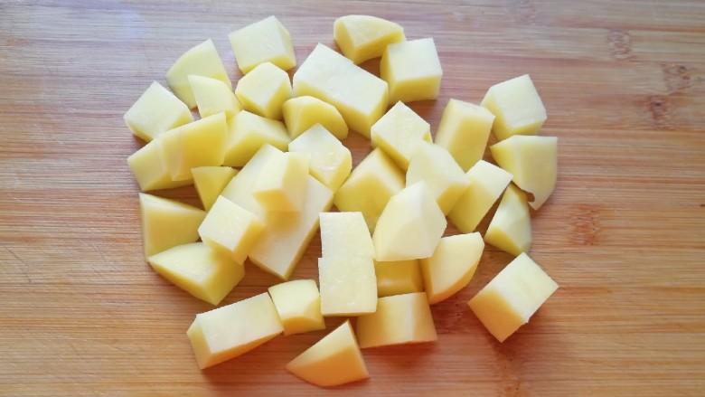 翅根香菇焖饭,<a style='color:red;display:inline-block;' href='/shicai/ 23'>土豆</a>去皮洗干净切成小块,用凉水泡上备用。