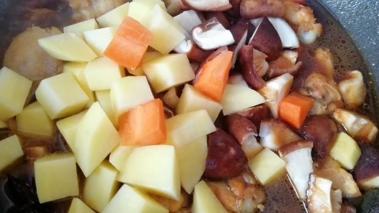翅根香菇焖饭,下入准备好的蔬菜翻炒均匀,放盐和<a style='color:red;display:inline-block;' href='/shicai/ 756'>鸡精</a>调味(味道要比平时吃的重一些)。