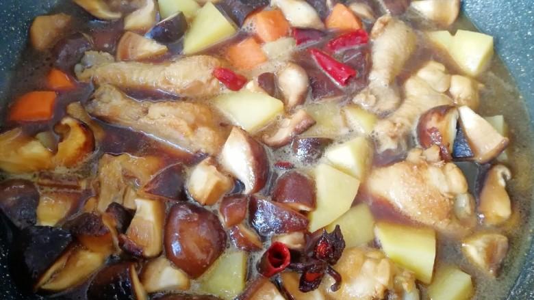 翅根香菇焖饭,把炒好鸡翅根和蔬菜连带汤汁一起倒进准备好的大米里面,放入电饭锅,按正常煮饭键即可。