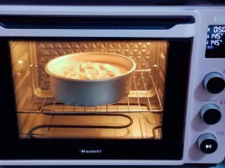 火龙果蛋糕,上下管145度烤50分钟,戴上隔热手套,取出烤盘,垂直摔一下,震出热气。即可倒扣再烤网上,下面可以放两个碗,这样凉的比较快。