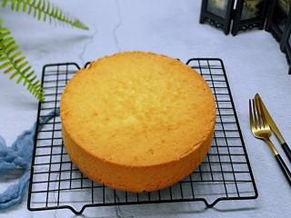 火龙果蛋糕,彻底凉后再脱模。