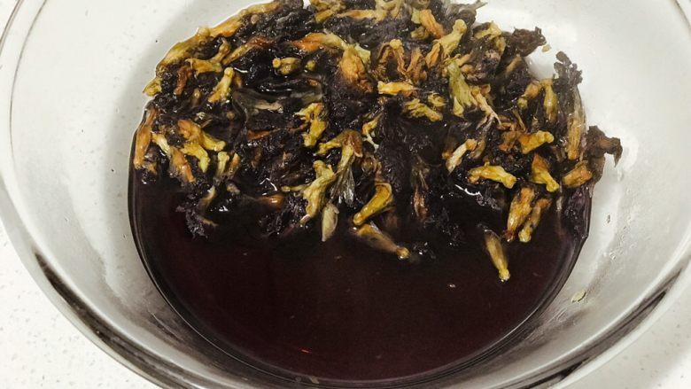 浅湘食光&星空面包,用沸水浸泡蝶豆花