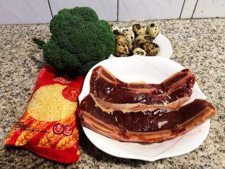 黑椒牛排意面,准备原材料牛排、意面、西兰花、鹌鹑蛋备用