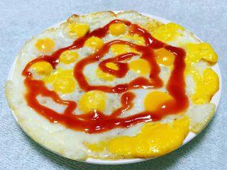 黑椒牛排意面,煎好的鹌鹑蛋盛入盘中淋上番茄辣椒酱