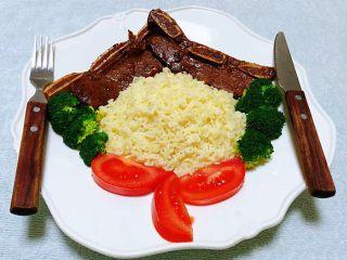 黑椒牛排意面,煎好的黑椒牛排摆入盘中再依次将意面和西兰花、西红柿摆入盘中搭配餐具即可