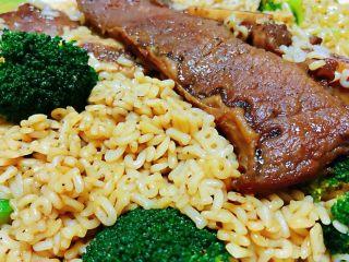 黑椒牛排意面,用黑胡椒料汁将所有食材拌匀入味味道一级棒