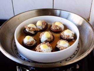 香菇酿鸡汁肉靡鹌鹑蛋,放入上气的蒸锅里,大火蒸8分钟即可。