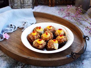 香菇酿鸡汁肉靡鹌鹑蛋,将鲜鸡汁薄芡浇在香菇酿肉靡鹌鹑蛋上面,再点缀一下枸杞即可美美的食用。