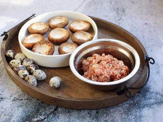 香菇酿鸡汁肉靡鹌鹑蛋,这是调制好的肉馅和整理好的香菇以及鹌鹑蛋。