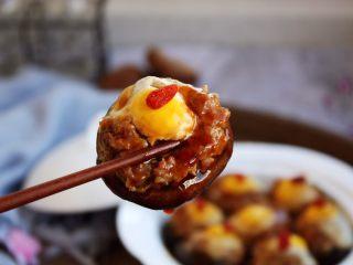香菇酿鸡汁肉靡鹌鹑蛋,芡汁融合了香菇天然的香味、肉香,鲜鸡汁的鲜味,令人垂涎欲滴。芡汁用来拌饭也是极好的。