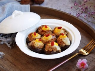 香菇酿鸡汁肉靡鹌鹑蛋,这道菜味道独特之处在于肉馅鲜美度极高,妙在调馅过程中加入了1小勺的太太乐鲜鸡汁,这1小勺鲜鸡汁起到了画龙点睛的作用,令肉馅鲜上加鲜,与众不同。