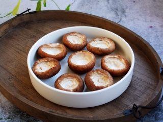 香菇酿鸡汁肉靡鹌鹑蛋,将香菇清洗干净,将香菇的茎掰下去,如图所示。