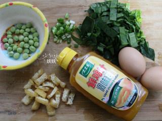 鸡蛋碎碎面,所以蔬菜洗干净,菠菜切碎,小葱切碎,油豆腐切小块,豌豆剥去外壳。