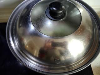 翡翠白玉鸭,煮沸以后。盖子一盖,小火炖8分钟。