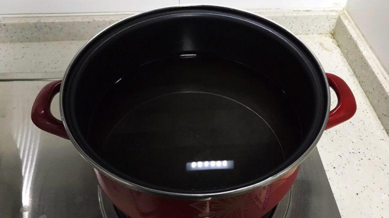 西红柿菜花炖豆腐,锅内煮适量清水