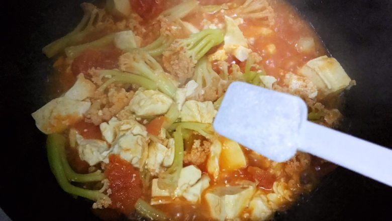 西红柿菜花炖豆腐,加一小勺细盐