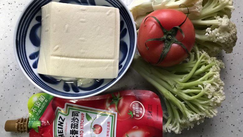 西红柿菜花炖豆腐,首先我们准备好所有食材