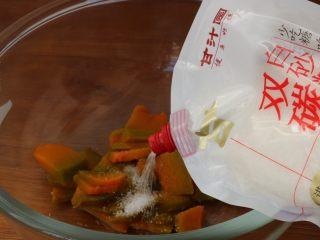 南瓜发面饼,南瓜加入白砂糖压成泥
