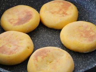 南瓜发面饼,两面上色,体积膨胀即可出锅