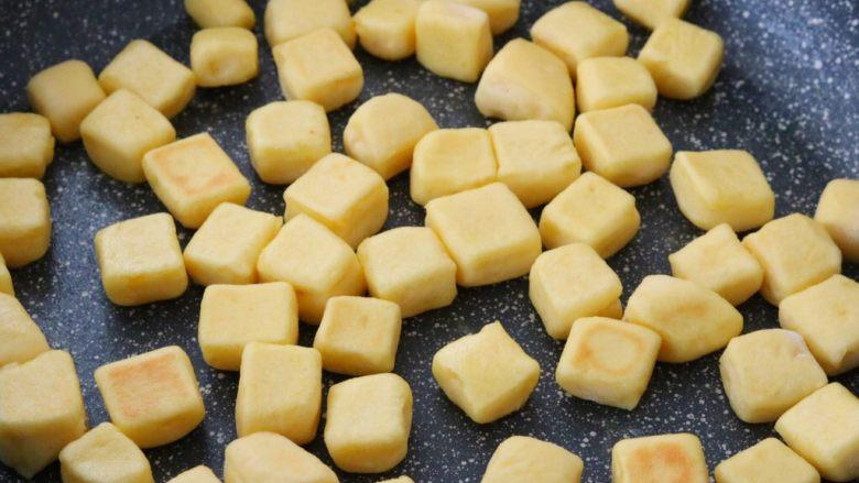 红薯小面包,平底锅刷油,将其放入,定型后小火翻炒体积膨胀,有弹性即可出锅