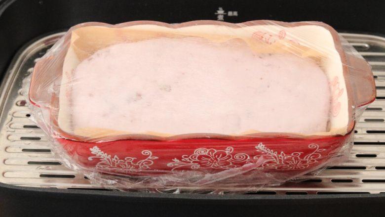 红豆紫薯糯米糕,盖上保鲜膜用牙签扎几个小空,上锅蒸40-50分钟即可