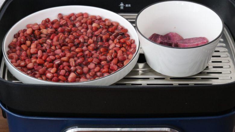 红豆紫薯糯米糕,红豆,紫薯一同上锅蒸熟