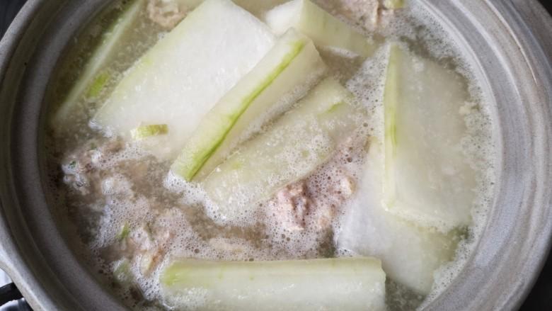 冬瓜丸子汤,待丸子煮定型后下入冬瓜片。