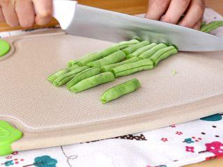 土豆炖鸡翅根,豆角切段