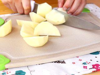 土豆炖鸡翅根,土豆切大块 tips:因为和鸡翅根一起炖,所以切大一些,土豆不容易炖的化成汤