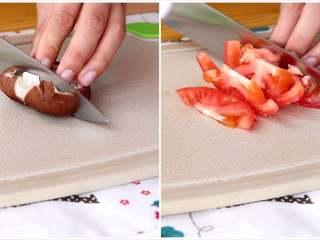 土豆炖鸡翅根,香菇切丁,西红柿去蒂切片