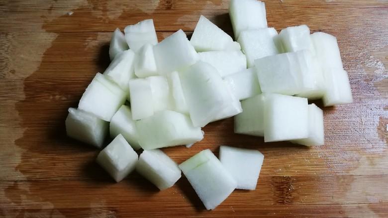 冬瓜汤汆蛋黄酱圆子,冬瓜削去皮切成块