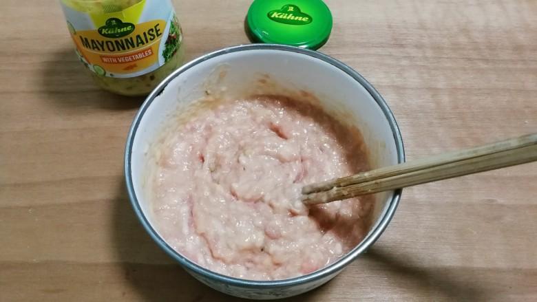 冬瓜汤汆蛋黄酱圆子,顺时针搅拌至有粘性放入冰箱冷藏一小时