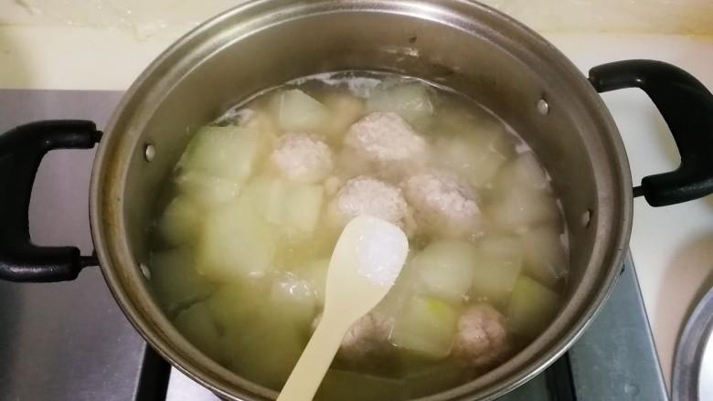 冬瓜汤汆蛋黄酱圆子,放入少许鸡精