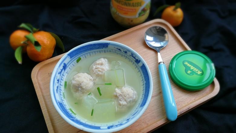 冬瓜汤汆蛋黄酱圆子,出锅盛入碗中