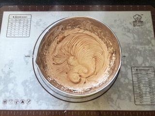 可可冰心面包,21、分次加入可可奶油搅打均匀,可可冰心奶油馅儿就做好了。