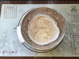 可可冰心面包,19、淡奶油中加入可可粉打至有清晰的纹路。