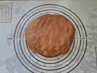可可冰心面包,6、取出轻轻按压排气。