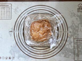 可可冰心面包,18、将棉花糖可可卡仕达酱倒入碗中,保鲜膜贴面,放入冰箱冷藏备用。