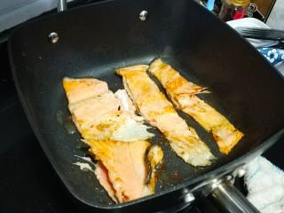 香煎三文鱼骨,煎至两边焦黄