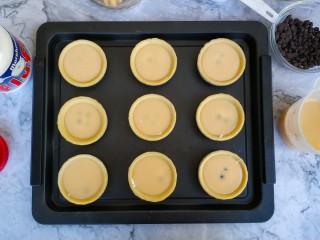 爆浆脏脏蛋挞,放入巧克力豆(想爆浆口感强劲点的,可多放一些)