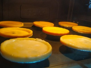 爆浆脏脏蛋挞,烤箱预热210度,将蛋挞液倒入挞皮8分满,将蛋挞放入烤箱中,210度25分钟(自家烤箱脾气不同,根据自家的来调整哈)