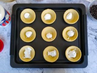 爆浆脏脏蛋挞,Fluff棉花糖是半固态的,用小勺子勺到蛋挞皮里(小小一勺就足够了,不要太多,不然会爆得太兴奋)