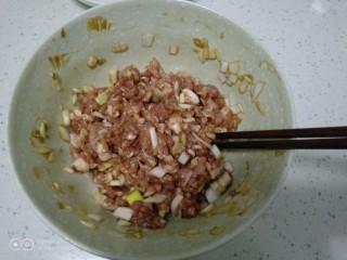 可可味猪肉芹菜饺子,搅拌均匀。