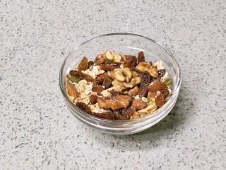 果仁燕麦能量棒,取80克果仁燕麦混合物备用。