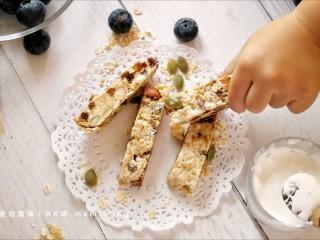 果仁燕麦能量棒,用FLUFF棉花糖做的能量棒,口感柔韧,甜味清新,果香浓郁,更适合老人小孩食用。