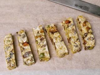 果仁燕麦能量棒,切成小条块即可。
