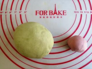 圣诞花环馒头,分出270克白面团加入菠菜粉,和成绿色面团。分出48克白面团加入红曲粉,揉成红色面团,剩余的白面团备用